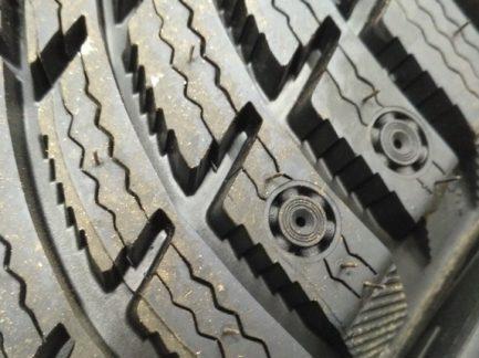 Заводские отверстия в шине под ошиповку