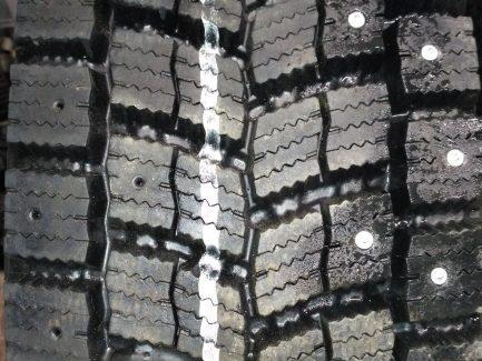 Фото зимних грузовых шин NOKIAN Hakkapeliitta Truck E с отверстиями и шипами