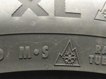 Фото маркировки M+S и 3PMSF на зимних грузовых шинах